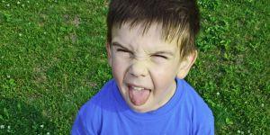 chłopiec, dziecko, kilkulatek, zabawa, trawa, boisko, sport, bunt, grymas, przedszkolak