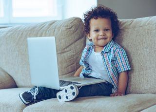 chłopiec i komputer