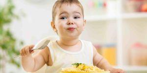 Chłopiec je makaron