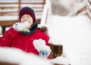 chłopiec-je-śnieg