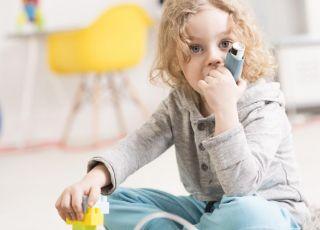 Chłopiec, któremu podawano w dzieciństwie antybiotyki, cierpi na alergię wziewną