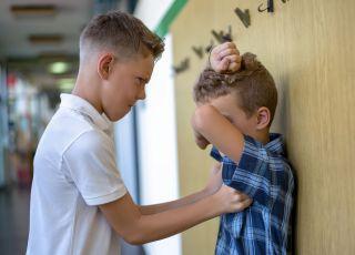 Chłopiec, który bije inne dzieci