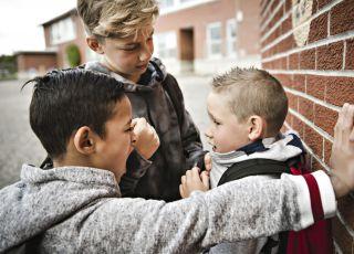 Chłopiec, który jest ofiarą szkolnych łobuzów