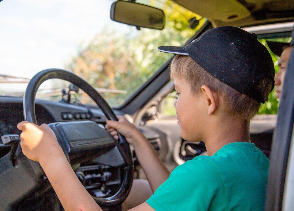 Chłopiec, który prowadzi auto