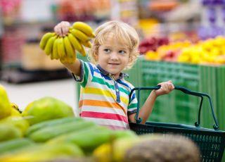 chlopiec kupuje banany
