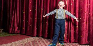 chłopiec na scenie
