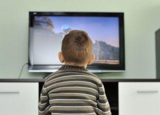 chłopiec przed tv, telewizor, tv, dziecko przed telewizorem