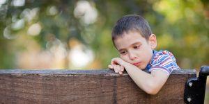 chłopiec smutny