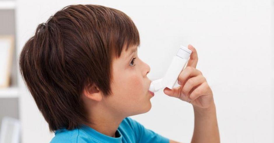 Chłopiec używa inhalatora