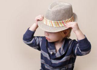 Chłopiec w kapeluszu - sesja zdjęciowa Dziecko na okładkę