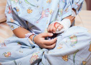 Chłopiec wziął na spacer po szpitalu koleżankę-pacjentkę na wózku
