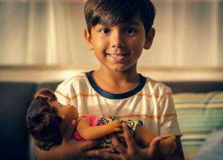 Chłopiec z lalką: spot Hasbro