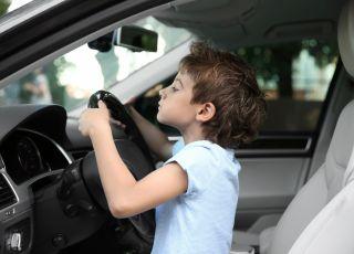 Chłopiec za kierownicą