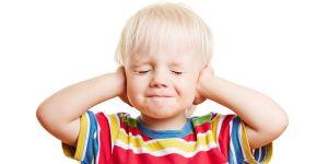 Chłopiec zasłonił sobie uszy/ dziecko nie słucha