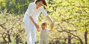 dziecko uczy się chodzić