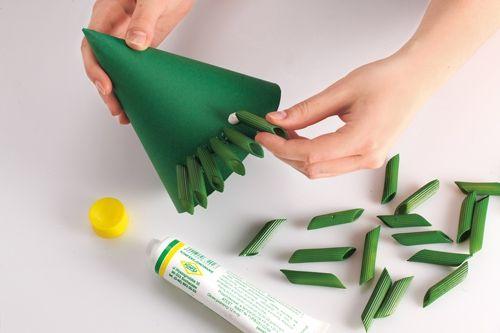 przyklejanie makaronu do ozdoby świątecznej