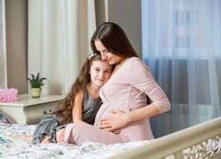 Ginekolog wyjaśnia, czy bostonka jest groźna dla kobiety w ciąży
