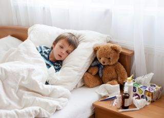 Chory chłopiec leży w łóżku
