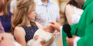 chrzest ksiądz czyni znak krzyża na czole dziecka
