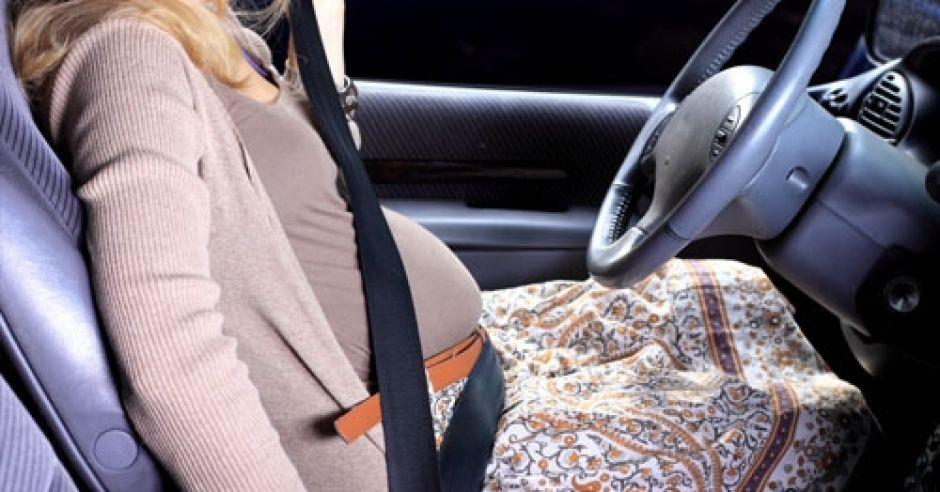 ciąża, kobieta w ciąży, samochód, pasy bezpieczeństwa
