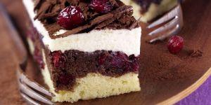 Ciasto w czekoladzie z kremem waniliowym i żurawiną