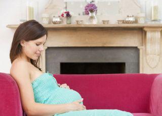 ciąża, brzuszek, kobieta, leżeć, kanapa, kominek