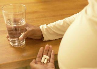 ciąża, brzuszek, lekarstwa, szklanka, woda