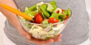 ciąża, brzuszek, warzywa, sałatka