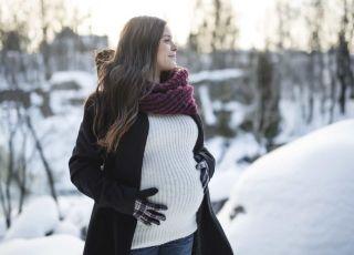 Genialne płaszcze dla ciężarnej: dochodzisz w nich do porodu, po ciąży też będą pasować!