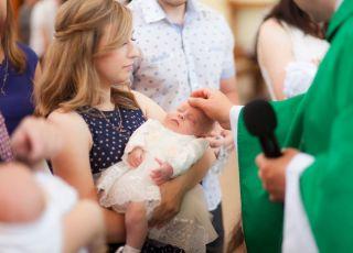 Coraz mniej rodziców chrzci dzieci