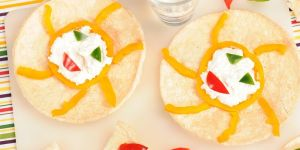 Crunchella cebulowa z twarogowo-paprykowym słoneczkiem - przepis na przekąskę dla dziecka