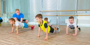 ćwiczenia dla dzieci - mięsnie brzucha
