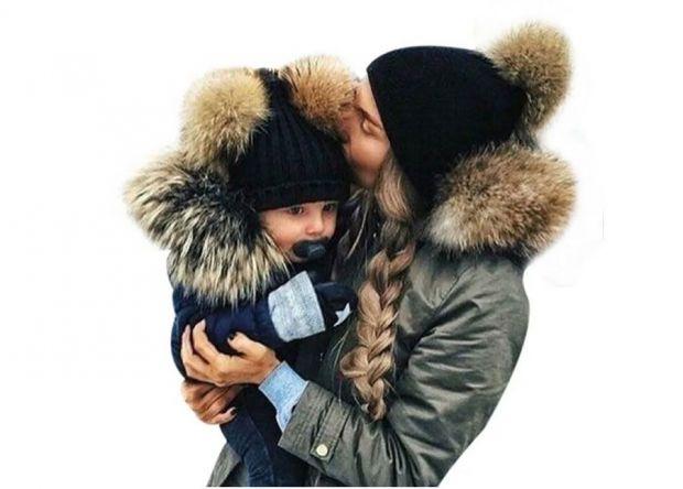 czapka z futrzanymi pomponami dla mamy i córki