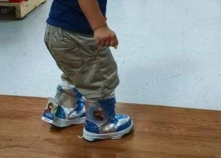 """Czy chłopiec może nosić buty z Elsą i Anną z """"Krainy lodu"""""""