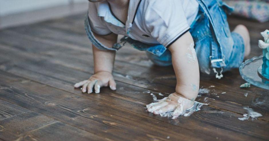 Czy jedzenie z podłogi może być dla dziecka szkodliwe?