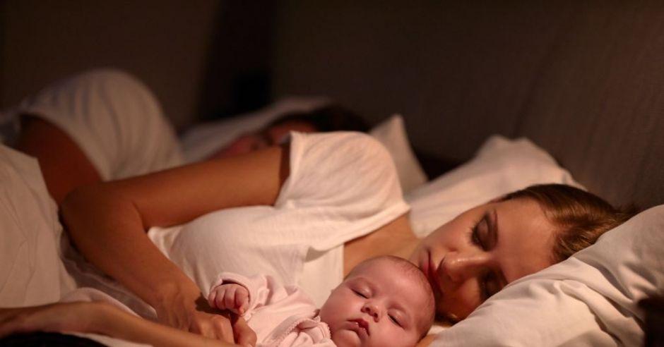Czy spanie z dzieckiem w jednym łóżku może być niebezpieczne