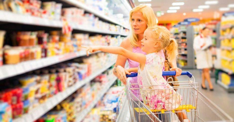 czytanie etykiet w supermarkecie