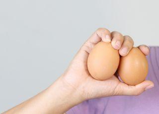 dłonie, jajka, badanie jąder, samobadanie jąder, płodność, rak jądra