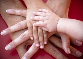 dłonie mamy, taty i dwójki dzieci