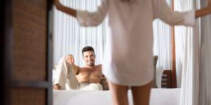 dni płodne, kobieta w sypialni, owulacja, objawy dni płodnych, seks