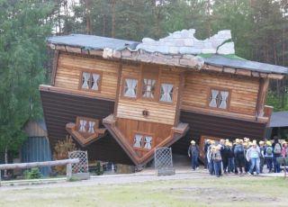 Dom do góry nogami Szymbark