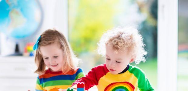dwójka bawiących się przedszkolaków