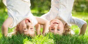 dwulatek, dwoje dzieci, zabawa, wychowanie bezstresowe