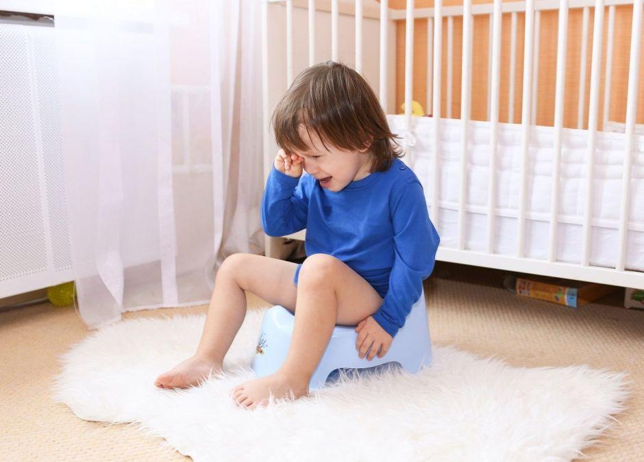 Dwuletni chłopiec załatwia się na nocniku