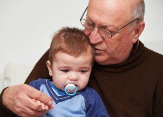 Dziadek, który bawi wnuka