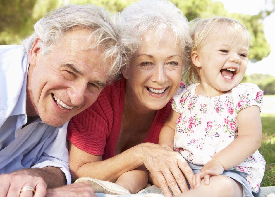Dziadkowie spędzający czas z wnuczką