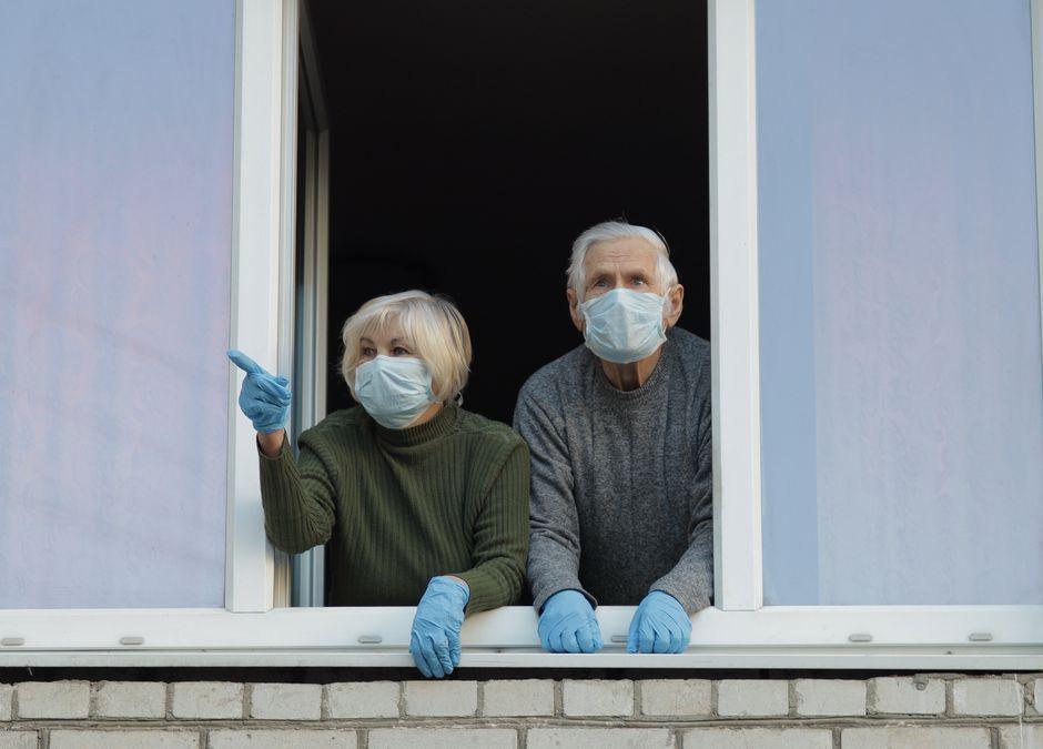 dziadkowie w czasie pandemiii