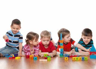 Dzieci bawią się klockami