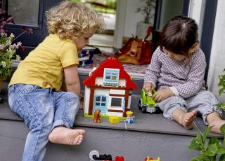 dzieci bawią się wspólnie klockami Lego Duplo