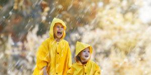 dzieci cieszą się na deszcz